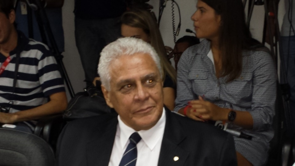 27.dez.2013 - Presidente do Vasco, Roberto Dinamite, aguarda o início do julgamento do Pleno do STJD