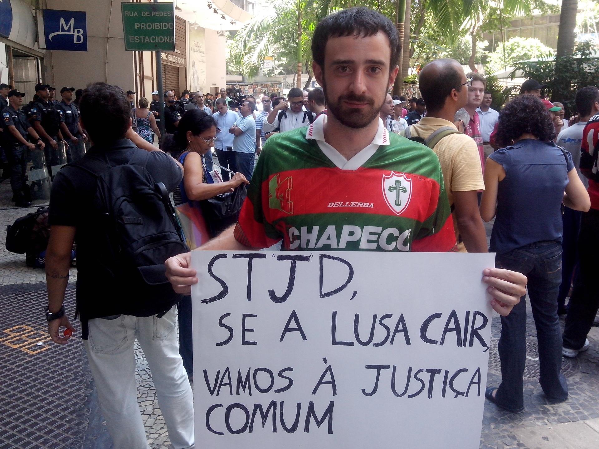 27.dez.2013 - Torcedor da Portuguesa leva cartaz