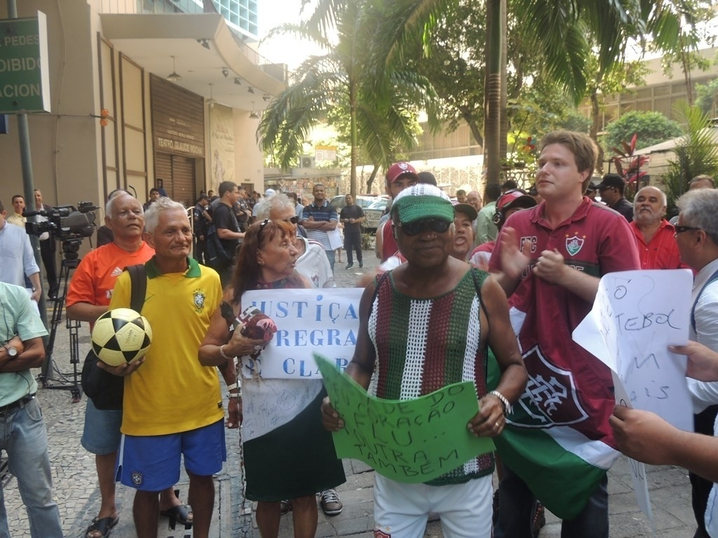 27.dez.2013 - Torcedores do Fluminense acompanham o julgamento do Pleno do STJD sobre o caso da Portuguesa