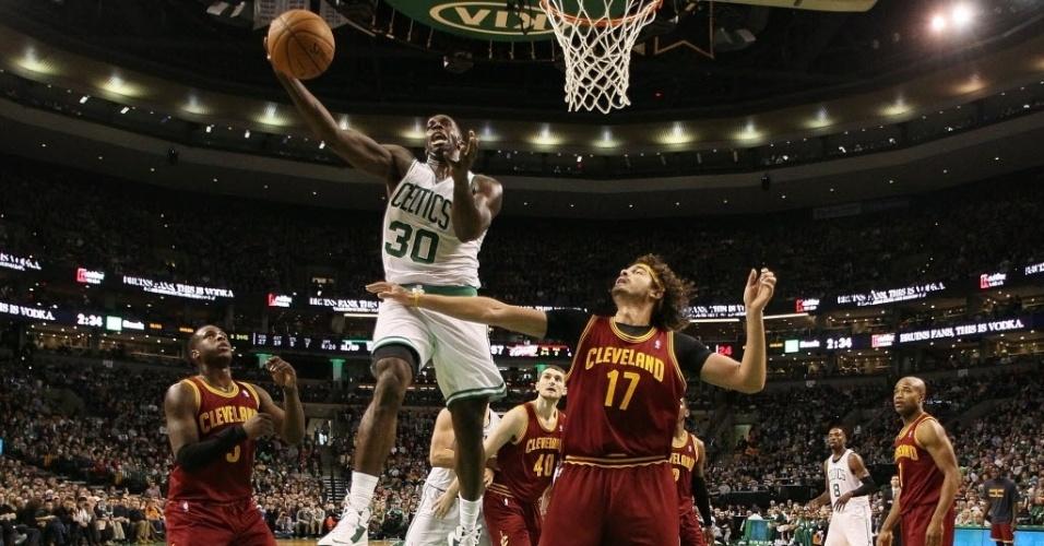 28.dez.2013 - Anderson Varejão, dos Cavs, observa Brandon Bass infiltrar e tentar bandeja para os Celtics, que venceram o duelo por 103 a 100