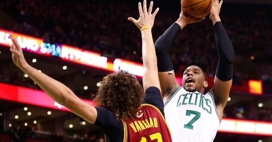 28.dez.2013 - Anderson Varejão, dos Cavs, tenta dar toco em arremesso de Jared Sullinger, dos Celtics, que venceram por 103 a 100