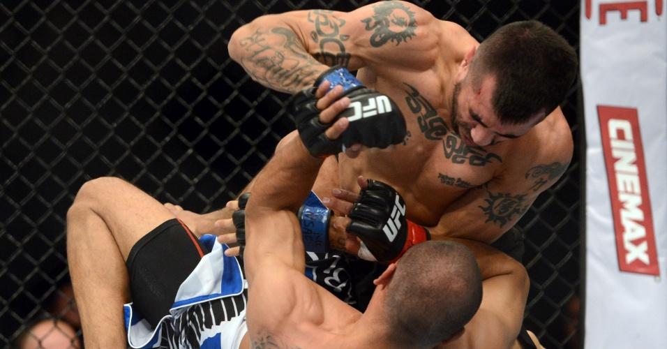28.dez.2013 - Estevan Payan golpeia Robbie Peralta no chão durante a primeira luta do card preliminar do UFC 168