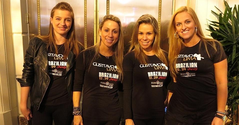 28.dez.2013 - Fãs do cantor Gusttavo Lima, que fará show no MGM Grand Garden Arena, também marcam presente no local