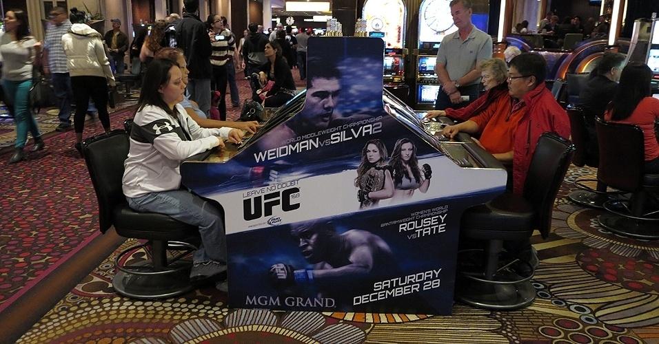 28.dez.2013 - Hóspedes do MGM Grand Garden Arena aproveitam o tempo livre para jogar nas máquinas do cassino do hotel