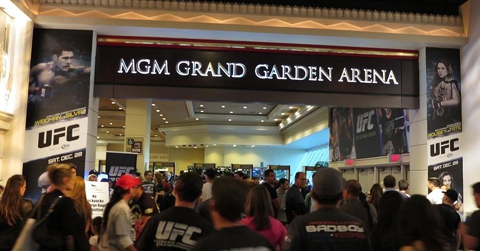 28.dez.2013 - Movimentação de fãs no MGM Grand Garden Arena é grande antes do início do UFC 168