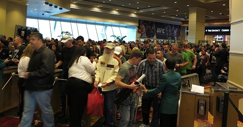 28.dez.2013 - Movimentação no MGM Grand Garden Arena é grande. Espaço terá lotação total na noite deste sábado
