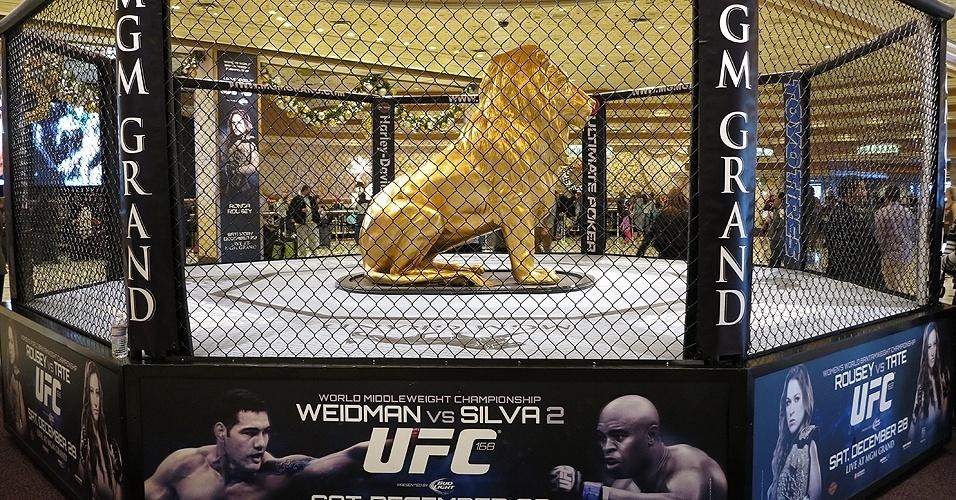 28.dez.2013 - Palco da revanche entre Anderson Silva e Chris Weidman, MGM Grand Garden Arena tem um octógono com um leão de ouro dentro