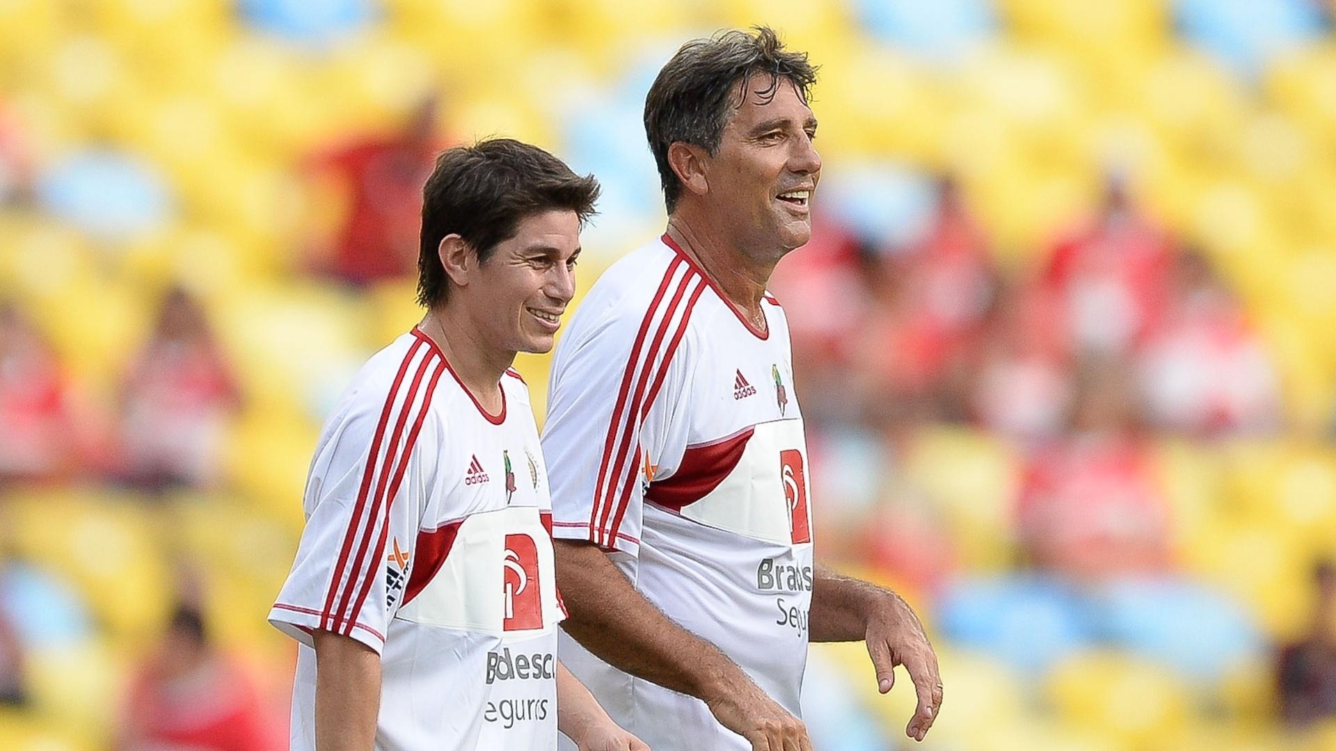 28.dez.2013 - Renato Gaúcho e Conca se divertem durante o Jogo das Estrelas, no Maracanã