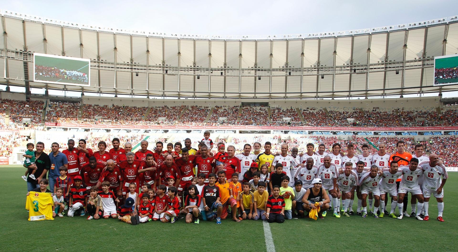 28.dez.2013 - Zico recebe amigos e atletas para o Jogo das Estrelas, no Maracanã