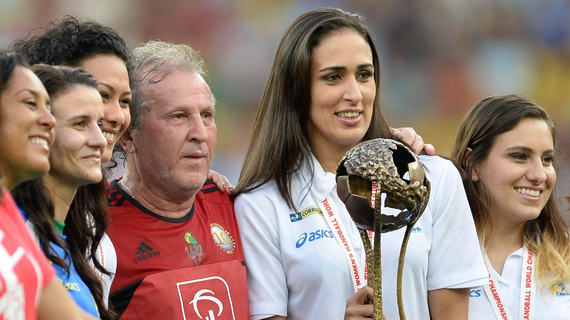 28.dez.2013 - Zico recebe as atletas campeãs mundiais de handebol no Jogo das Estrelas, no Maracanã
