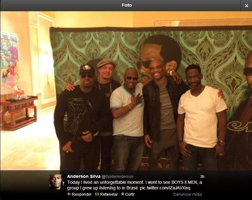 Anderson Silva posa com o grupo de R&B Boyz II Men em Las Vegas, horas depois da pesagem do UFC 168