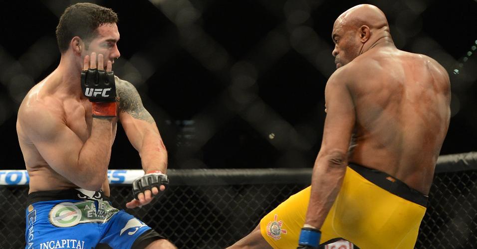 28.dez.2013 - Anderson Silva chuta joelho de Chris Weidman e sofre fatura. Americano se mantém como campeão dos médios no UFC