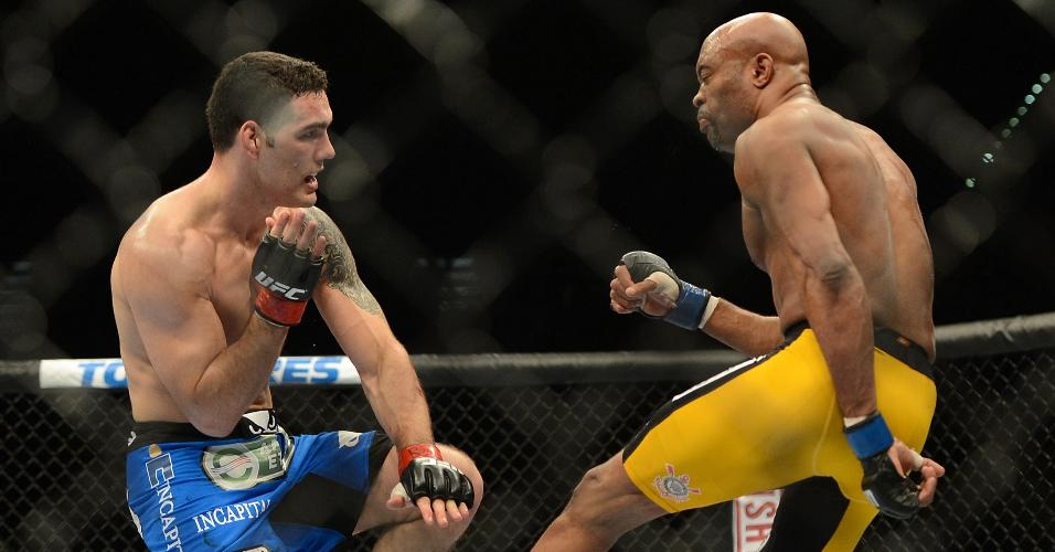 28.dez.2013 - Anderson Silva chuta Weidman e fratura a perna durante luta pelo UFC 168