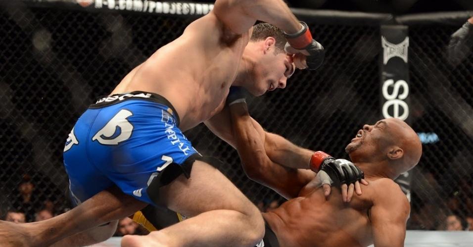 28.dez.2013 - Chris Weidman monta e disfere golpes em Anderson Silva durante o UFC 168