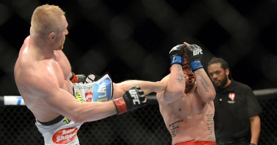 28.dez.2013 - Dennis Siver acerta chute alto em Manvel Gamburyan durante luta pelo card preliminar do UFC 168