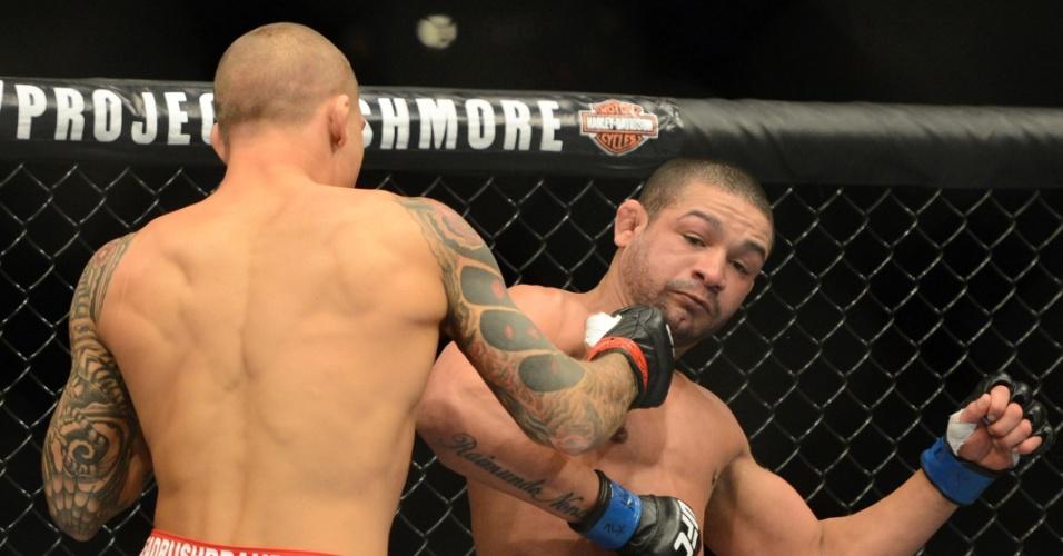 28.dez.2013 - Dustin Poirier acerta golpe em Diego Brandão durante luta pelo card principal do UFC 168