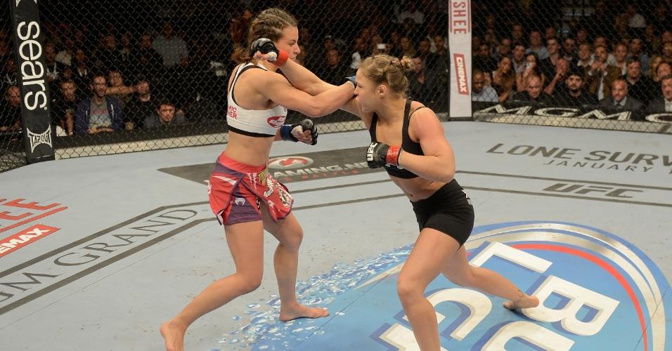 28.dez.2013 - Ronda Rousey e Miesha Tate trocam socos durante o coevento principal do UFC 168. Ronda finalizou Miesha no 3º round e manteve o cinturão