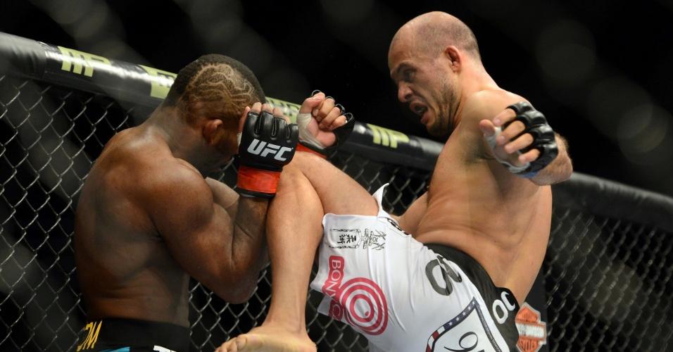 28.dez.2013 - Siyar Bahadurzada acerta joelhada em John Howard durante luta do card preliminar do UFC 168