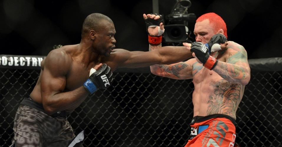 28.dez.2013 - Uriah Hall acerta jab de esquerda em Chris Leben durante luta do card preliminar do UFC 168