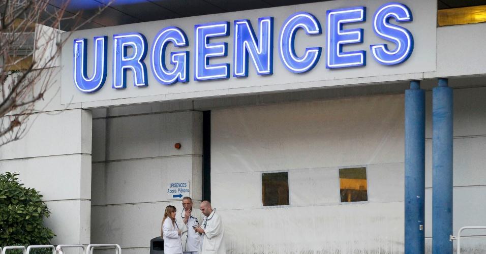 29.dez.2013 - Equipe médica aguarda na área de emergência do hospital para onde Michael Schumacher foi levado após acidente de esqui