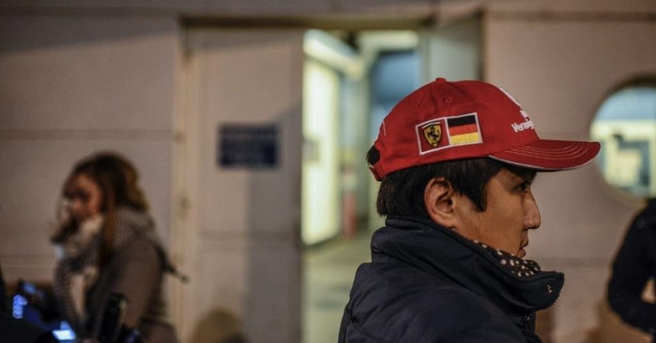 29.dez.2013 - Fã de Schumacher e da Ferrari espera novidades no hospital onde o ex-piloto está internado, em Grenoble, na França