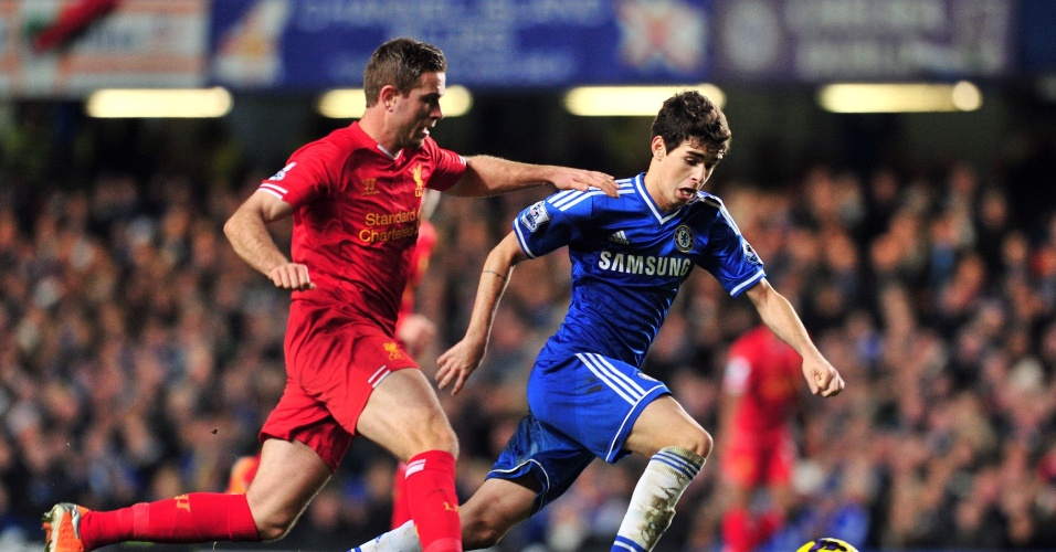 29.dez.2013 - O brasileiro Oscar, do Chelsea, tenta fugir da marcação de Jordan Henderson, do Liverpool
