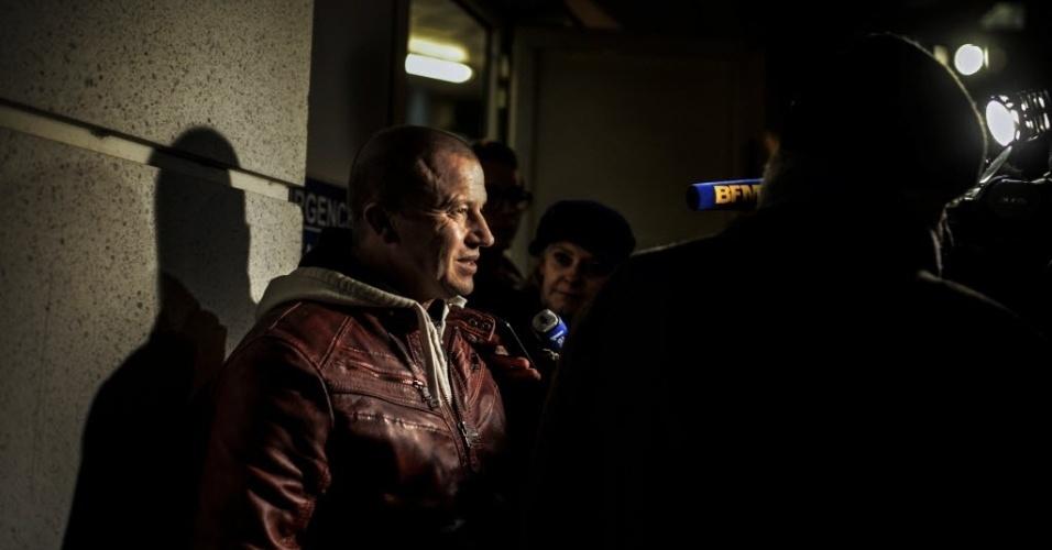 29.dez.2013 - O ex-piloto de Fórmula 1 Olivier Panis compareceu a hospital para buscar informações sobre Schumacher