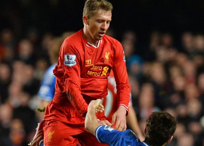 29.dez.2013 - Os brasileiros Oscar, do Chelsea, e Lucas, do Liverpool, se desentendem em campo
