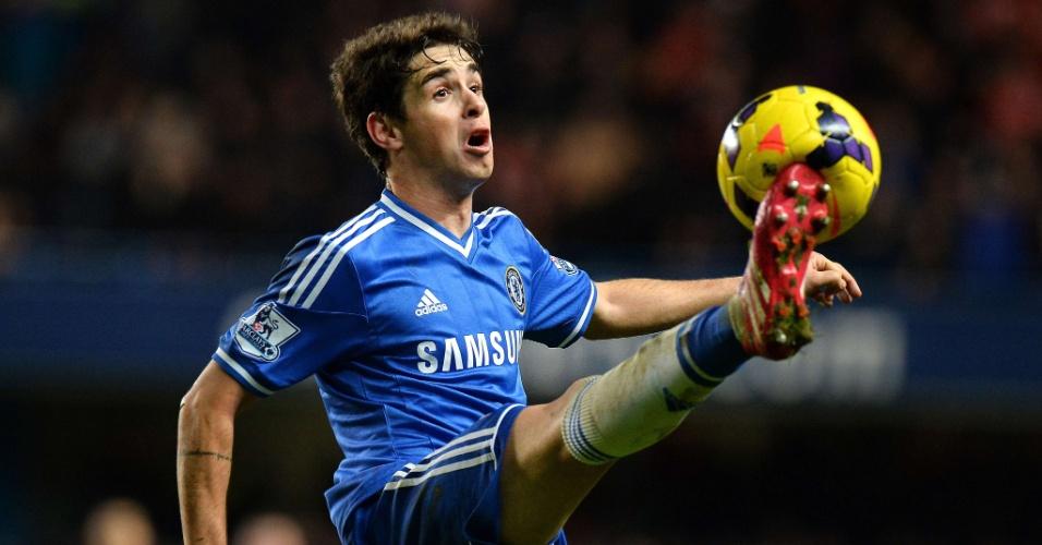 29.dez.2013 - Oscar domina a bola durante a partida entre Chelsea e Liverpool, pelo Campeonato Inglês