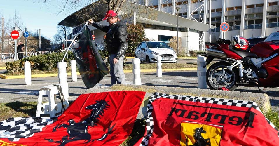 30.dez.2013 - Dario, fã de Schumacher, estende bandeiras em frente ao hospital e torce pela recuperação do ídolo da Ferrari