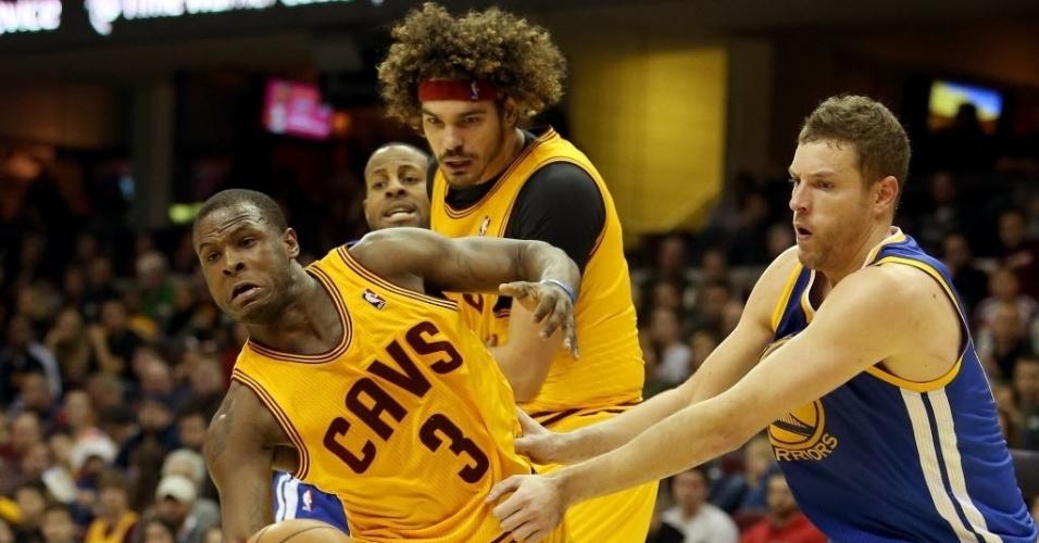 30.dez.2013 - Dion Waiters (número 3) e Anderson Varejão, do Cleveland Cavaliers, disputam lance com David Lee, do Golden State Warriors