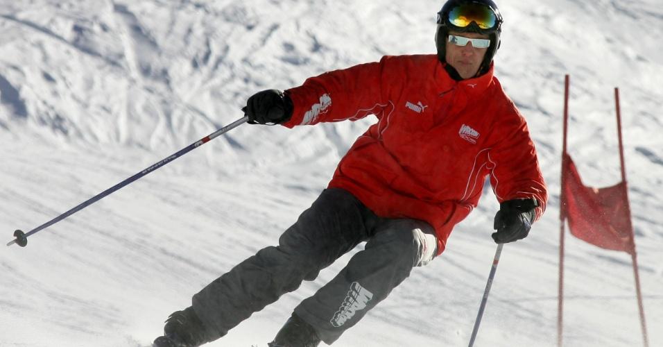 30.dez.2013 - Esquiar é uma das paixões de Schumacher. Na foto, o piloto aparece praticando o esporte no norte da Itália, em 2005