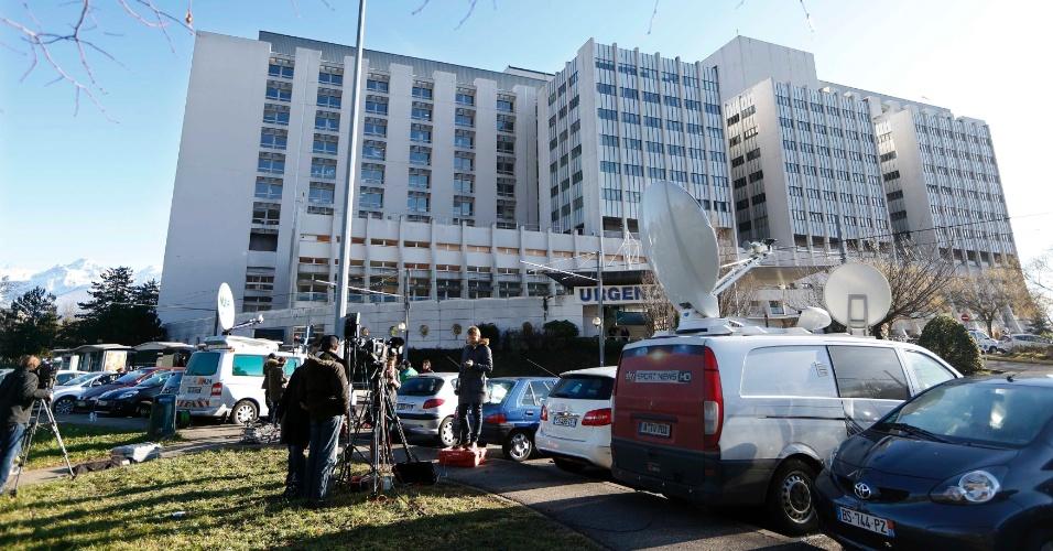 30.dez.2013 - Jornalistas fazem plantão em frente ao hospital de Grenoble, esperando por notícias de Schumacher