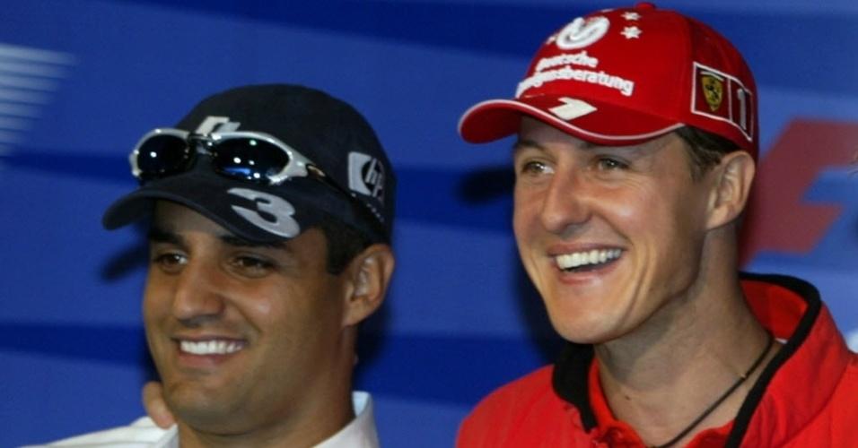 Michael Schumacher ao lado de Montoya durante entrevista em 2003