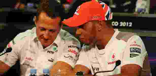 Michael Schumacher e Lewis Hamilton durante coletiva antes do GP de Mônaco, em 2012 - Clive Mason/Getty Images