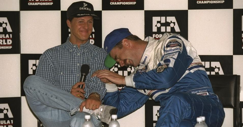 Nigel Mansell e Michael Schumacher durante coletiva em 1994