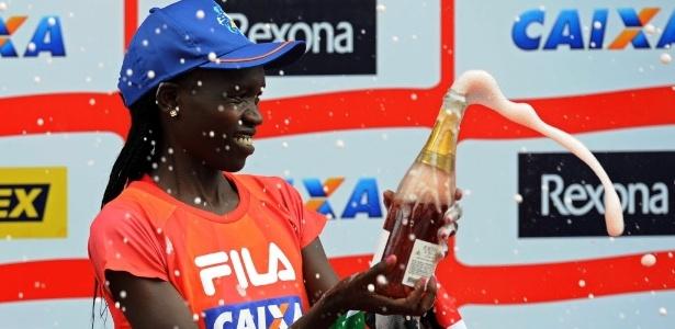 Queniana Nancy Kripon comemora no pódio a conquista do primeiro lugar na São Silvestre 2013  - AFP PHOTO/Nelson ALMEIDA