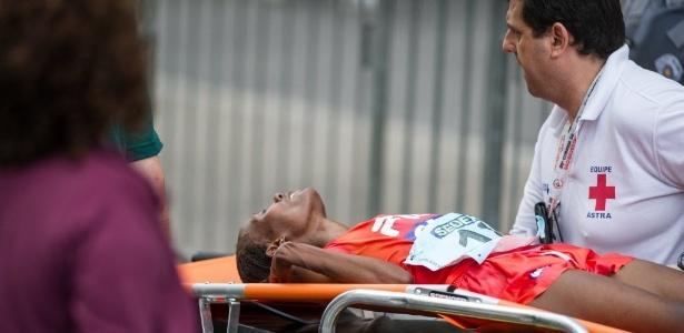 Sara Makera é atendida de maca após passar mal na São Silvestre 2013 - Marcelo Machado de Melo / Fotoarena