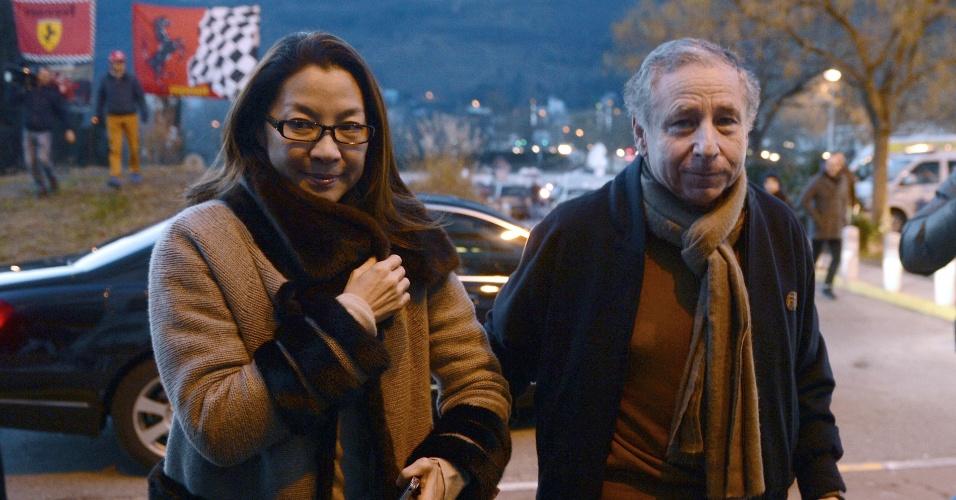 O presidente da Federação Internacional de Automobilismo, Jean Todt, e sua mulher Michelle Yeoh, chegam ao hospital para visitar Schumacher