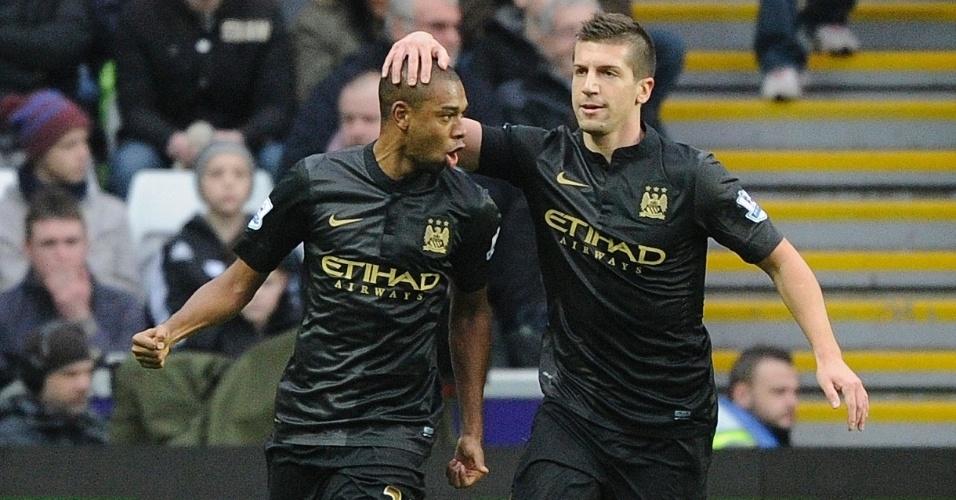 01.jan.2014 - Fernandinho (à esq.) marca pelo Manchester City na partida contra o Swansea City, pelo Campeonato Inglês