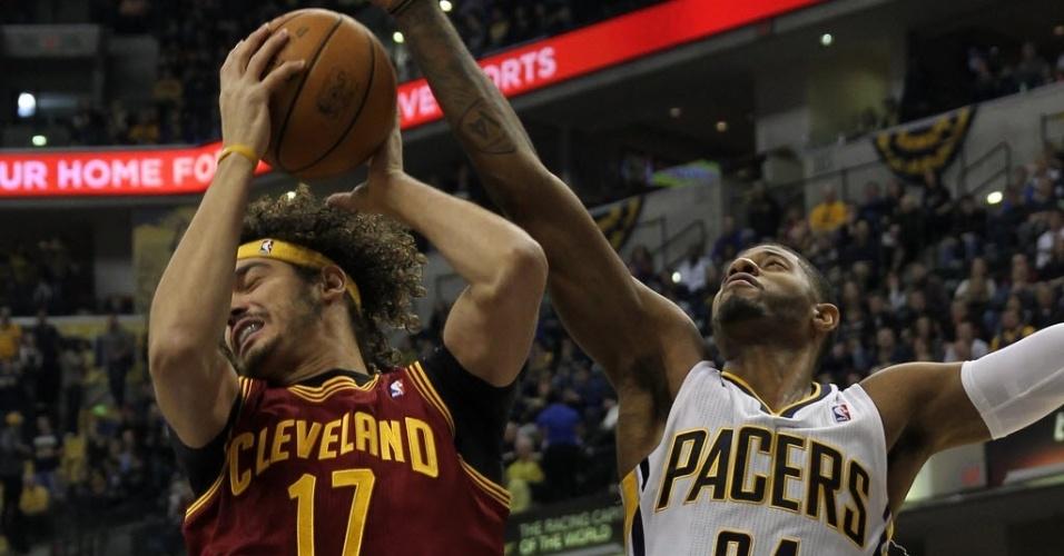 Anderson Varejão disputa lance com Paul George durante partida da NBA entre Cleveland Cavaliers e Indiana Pacers