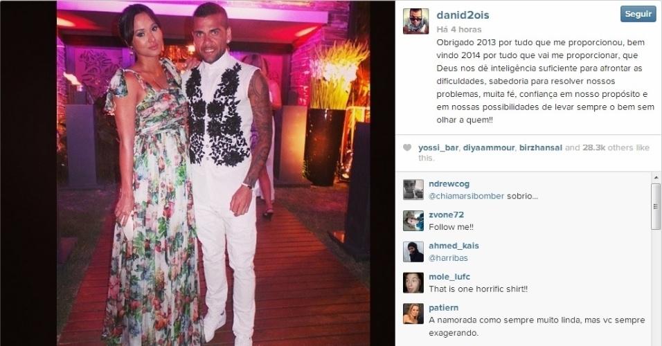 O lateral Daniel Alves agradeceu o bom ano de 2013 que teve ao lado da atriz Thaíssa Carvalho