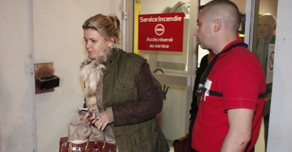 02.jan.2014 - Corinna Schumacher, esposa de Michael Schumacher, deixa o hospital onde o ex-piloto está internado, em Grenoble, na França