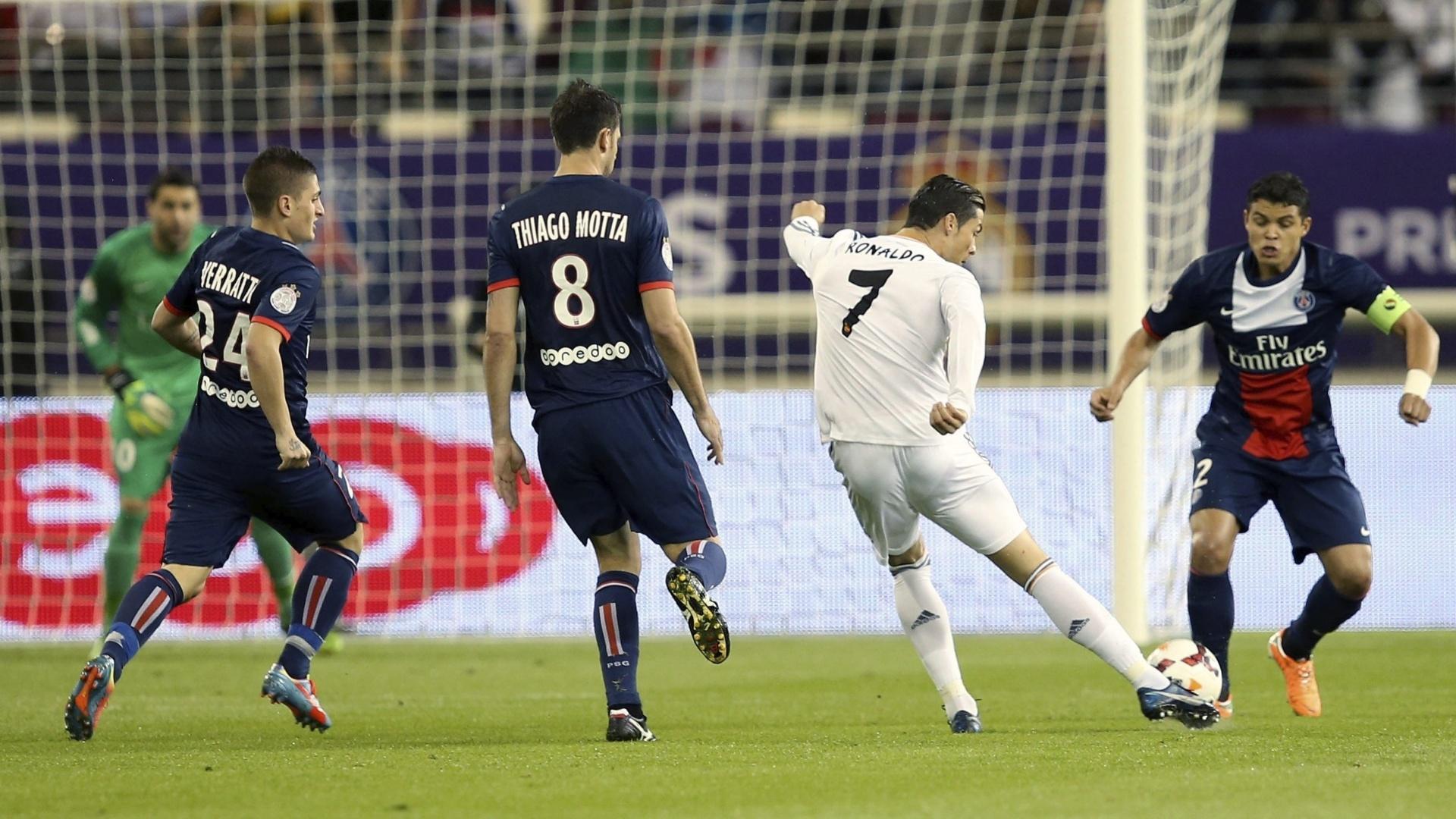 02.jan.2014 - Cristiano Ronaldo é marcado pelo capitão brasileiro Thiago Silva, do PSG