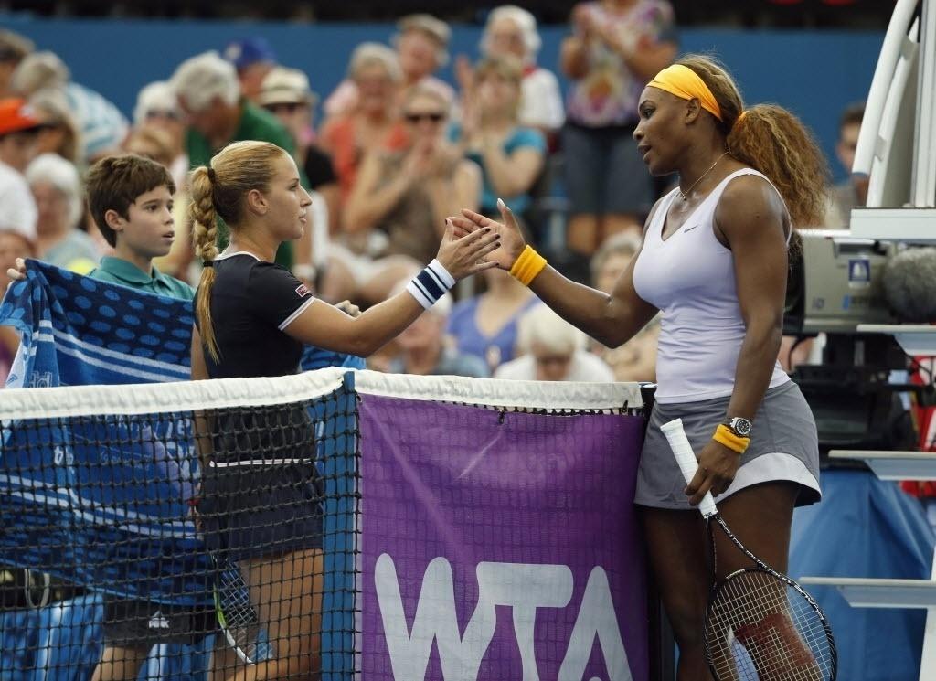 2. jan. 2014 - Serena Williams cumprimenta Dominika Cibulkova, da Eslováquia após vitória por 2 sets a 0 pelo torneio de Brisbane