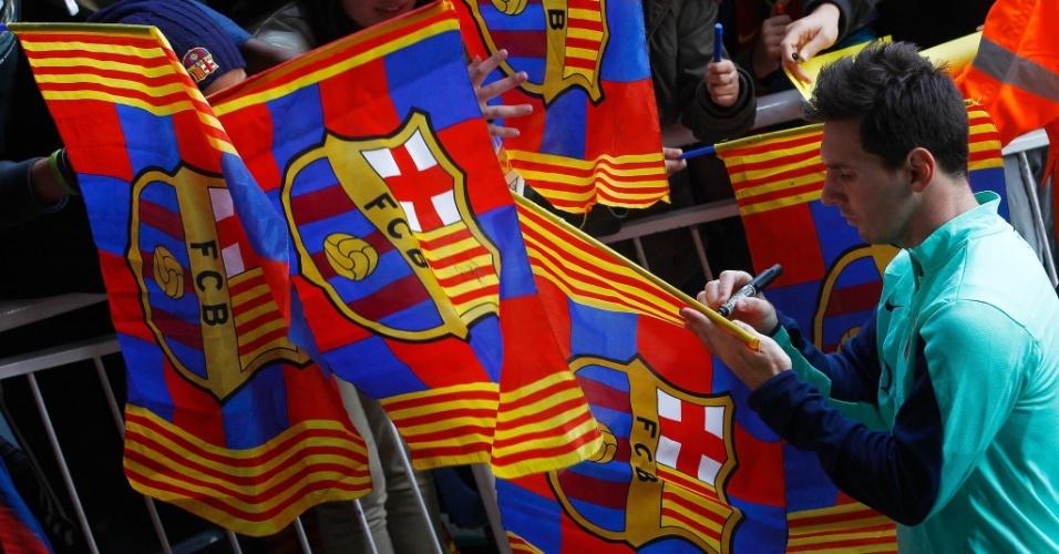 03.jan.2014 - De volta ao Barcelona, Messi distribui autógrafos aos fãs que apareceram durante o treino