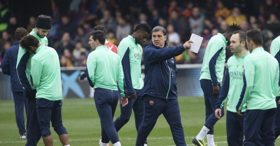 03.jan.2013 - Tata Martino dá instruções aos jogadores durante treino do Barcelona