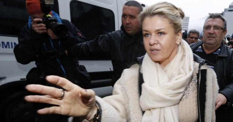 03.jan.2014 - Corinna Schumacher, esposa de Michael Schumacher, chega ao hospital onde o ex-piloto está internado, em Grenoble, na França, nesta sexta-feira