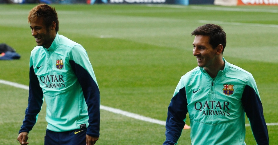 03.jan.2014 - Em clima de descontração, os craques do time catalão estampam sorrisos durante treino
