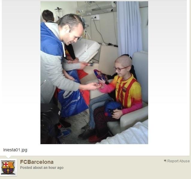 03.jan.2014 - Iniesta entrega lembrancinhas para crianças com câncer